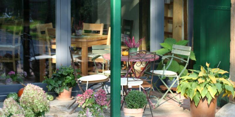 Tisch 16 geschützt unter dem Vordach des ehemaligen Dielentores